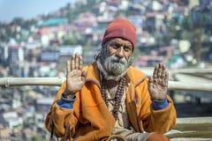 De bejaarde Indische baardmens, twee handen opent vooruit, blik, dragend culturele kabel en parels met wandelstok Stock Afbeelding