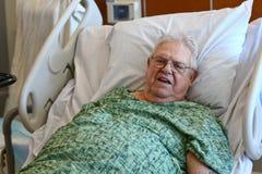 De bejaarde mannelijke het ziekenhuispatiënt is gelukkig Royalty-vrije Stock Foto's