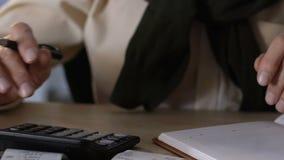 De bejaarde mannelijke rekeningen van het holdingsnut, het berekenen inkomens en uitgaven, economie stock footage