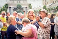 De bejaarde mensen dansen op de straat Stock Fotografie