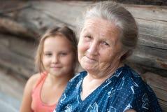 De bejaarde met de kleindochter Royalty-vrije Stock Foto's