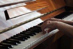 De bejaarde persoonshanden die de piano spelen, sluiten omhoog stock fotografie