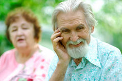 De bejaarde vertelt een grap aan de echtgenoot stock foto