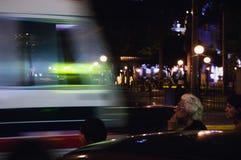 De bejaarde wacht op de bus. Stock Foto's
