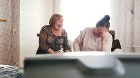 De bejaarden gingen zitten om op TV te ontspannen en te letten stock video