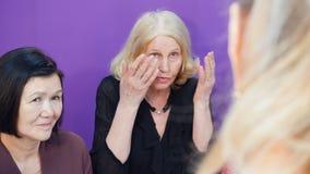 De bejaarden roddelen met elkaar, die hun problemen bespreken stock footage