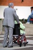 De bejaarden staan bejaarden bij Stock Foto