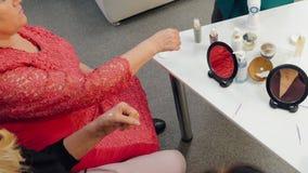 De bejaarden testen handroom op schoonheidsmiddelenpresentatie stock video