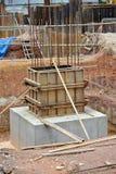 De bekisting van de kolomstomp van hout en triplex wordt gemaakt dat Stock Fotografie