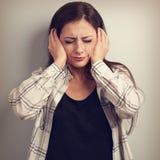 De beklemtoonde ongelukkige bedrijfsvrouw sloot oren de handen omdat nr stock foto