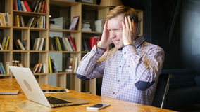 de beklemtoonde online financiële handelaar reageert aangezien hij op de overeenkomstenneerstorting let