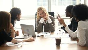 De beklemtoonde overweldigde vrouwelijke werkgever voelt boos over multitasking moeilijke baan stock videobeelden