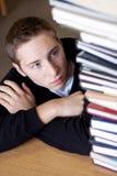 De beklemtoonde Student bekijkt Boeken Royalty-vrije Stock Fotografie