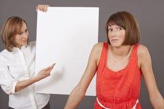 De beklemtoonde vrouw hangt bij het besluit Stock Foto