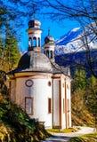 De beklimming van Maria van de bedevaartkerk in de Beierse alpen - Duitsland stock foto