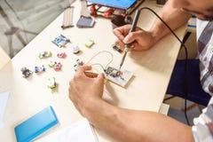 De bekwame 3d printer van de jonge mensentechniek Stock Afbeelding