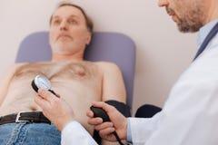De bekwame geschikt medische bloeddruk van de arbeiderslezing royalty-vrije stock afbeeldingen