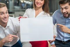 De bekwame jonge partners stellen aanplakbord voor Stock Foto