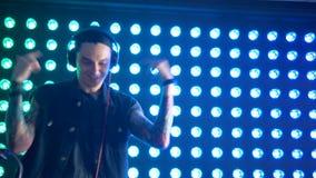 De bekwame speelmuziek van DJ bij een nachtclub stock video