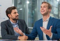 De bekwame twee collega's nemen aan conferentie deel Stock Foto's