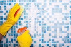 De bekwame wasmachine maakt zijn huis met spons schoon royalty-vrije stock foto