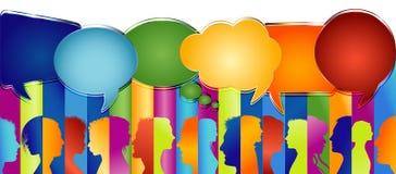 De Bel van de toespraak De grote groep mensen isoleerde profiel gekleurd silhouet Menigte het spreken Communiceer in sociale medi vector illustratie