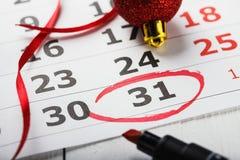 De belangrijke datum van de Nieuwjaar` s Vooravond die rond in een kalender wordt geleid Stock Foto's