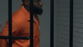 De belangrijke misdadiger van de gevangenisambtenaar in individuele cel, straf voor wanorde stock videobeelden