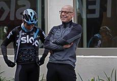 De belangrijkste Dave Brailsford besprekingen van Team Sky aan fietser Mikel Landa royalty-vrije stock foto's