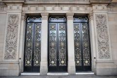 De belangrijkste deuren van het stadhuis van Leeds met overladen kolommen en het snijden royalty-vrije stock fotografie