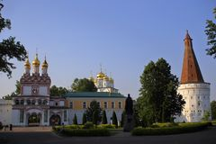 De belangrijkste ingang van Russisch orthodox Joseph Volokolamsk Monastery stock foto