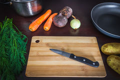 De belangrijkste ingrediënten zijn groenten voor borsjtbieten, wortelen, aardappels, uien meningsbovenkant Vlak leg Royalty-vrije Stock Afbeelding