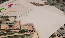 De belangrijkste positie in de foto neemt de dollar tegen de achtergrond van de documenten royalty-vrije stock foto's