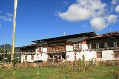 De belangrijkste voorgevel van een boeddhistisch klooster - Gangtey - Bhutan Royalty-vrije Stock Fotografie