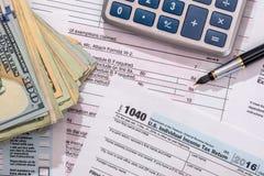 de belasting van 2017 van 1040 met dollar en calculator Stock Afbeelding