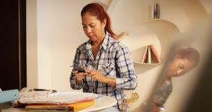 De Belastingsdocument van het vrouwenaftasten en het Nemen van Beeld met Smartphone stock fotografie