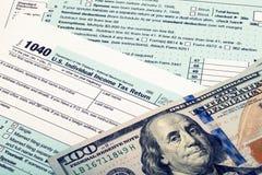 De Belastingsvorm en dollars van de V.S. 1040 - studioschot Gefiltreerd beeld: kruis verwerkt uitstekend effect Stock Fotografie