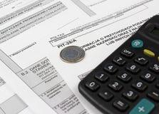 De belastingsvorm met calculator, geld en pen royalty-vrije stock foto's