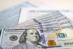 De Belastingsvorm 1040 van de V.S. met nieuwe 100 Amerikaanse dollarsrekeningen Royalty-vrije Stock Afbeeldingen