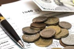 De belastingsvorm van de V.S. 1040 met pen Stock Afbeelding