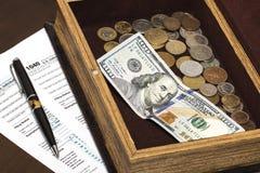 De belastingsvorm van de V.S. 1040 met pen Stock Foto