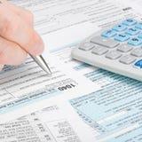De Belastingsvorm 1040 van de Verenigde Staten van Amerika - mens die belastingsvorm invullen - 1 tot 1 verhouding Stock Fotografie