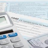 De Belastingsvorm 1040 van de Verenigde Staten van Amerika met calculator en de V.S. - 1 tot 1 verhouding Royalty-vrije Stock Foto's
