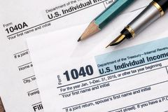 de belastingsvorm 1040 van 2017 met pen Royalty-vrije Stock Afbeelding