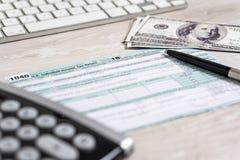 De belastingsvorm 1040 van de V.S. met pen, calculator en dollarrekeningen van het de wetsdocument van de belastingsvorm van de b royalty-vrije stock afbeelding