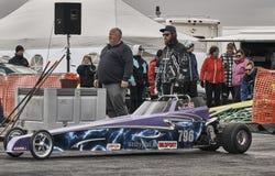 De belemmering die van Noorwegen, donkerblauwe auto bij het begin van het ras rennen Stock Foto's