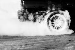 De belemmeringsraceauto brandt rubber stock afbeeldingen