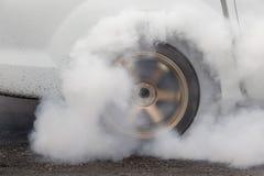De belemmeringsraceauto brandt rubber van zijn banden royalty-vrije stock afbeelding