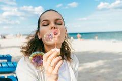 De bellen van de vrouwenslag op het strand Stock Fotografie