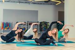 de belles jeunes filles sont engagées dans les pilates dans le gymnase Image libre de droits